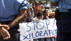 A group of student protesters in front of Timorese police while the government holds a meeting with an Australian delegation discussing the sea border between Australia and Timor-Leste in Dili, 26 October, 2004 (Photo: Reuters/Lirio Da Fonseca).