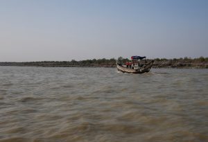 A Bangladeshi coast guard vessel approaches the Thengar Charan island in the Bay of Bengal, Bangladesh, 2 February 2017 (Photo: Reuters/Mohammad Ponir Hossain)