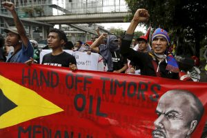 Timorese students shout slogans during a protest in front of the Australian embassy in Jakarta, Indonesia, 24 March 2016. (Photo: Reuters/Beawiharta).