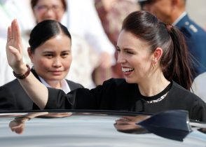 New Zealand's Prime Minister Jacinda Ardern waves to student dancers upon her arrival to attend the ASEAN Summit and related meetings in Clark, Pampanga, northern Philippines, 12 November 2017 (Photo: Reuters/Erik De Castro).