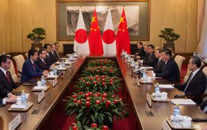 Japan's Prime Minister Shinzo Abe speaks with China's President Xi Jinping during a meeting at the Diaoyutai State Guesthouse in Beijing, China 26 October 2018 (Photo: Reuters/Nicolas Asfouri).
