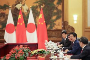 Japanese Prime Minister Shinzo Abe met with Chinese Premier Li Keqiang inside the Great Hall of the People in Beijing, China, 26 October 2018 (Photo: Reuters/Lintao Zhang/Pool).