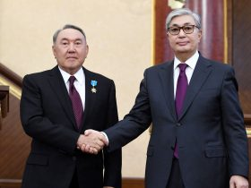 Acting President of Kazakhstan Kassym-Jomart Tokayev shakes hands with his predecessor Nursultan Nazarbayev during a joint session of the houses of parliament in Astana, Kazakhstan 20 March 2019 (Photo: Reuters/Kazakh Presidential Press Service).