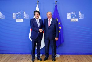 EUCommission President Jean-Claude Juncker shakes hands withJapan's Prime Minister Shinzo Abe ahead of a working lunch at theEUCommission headquarters in Brussels, Belgium, 27 September 2019 (Photo: Reuters/Francois Lenoir).