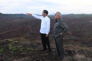 Indonesian President Joko Widodo gestures as Governor of East Kalimantan Isran Noor stands during their visit to an area, planned to be the location of Indonesia's new capital, at Sepaku district in North Penajam Paser regency, East Kalimantan province, Indonesia, 17 December 2019 (Photo: Antara Foto/Akbar Nugroho Gumay/Reuters).