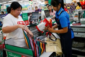 A woman uses a shopping bag after the government's ban of single-use plastic, at a shopping center in Bangkok, Thailand, 2 January 2020 (Photo: REUTERS/ Soe Zeya Tun).