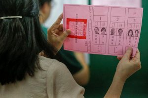 An election official shows a ballot with vote for Taiwan President Tsai Ing-wen as votes are counted at a polling station in Kaohsiung, Taiwan, 11 January 2020, (Photo: Reuters/ Ann Wang).