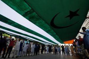 People carry an AzadKashmir's flag as they listen to the speeches of the local political activists fromJammuandKashmirYouth Forum, over India's decision to revoke the special status ofJammuandKashmir, during a protest in Karachi, Pakistan 18 August 2019 (Photo: Reuters/Akhtar Soomro).