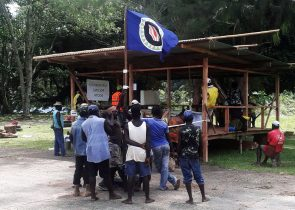 Residents hold a Bougainville flag at a polling station during a non-binding independence referendum in Arawa, on the Papua New Guinea island of Bougainville, 26 November 2019 (Photo: Reuters/Melvin Levongo).