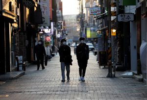 Pedestrians wearing masks amid the rise in confirmed cases of the novel coronavirus disease of COVID-19, make their way at a shopping district in Daegu, South Korea, 4 March 2020 (Reuters/Kim Kyung-Hoon).