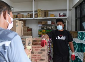 Maxi Mart employee Nena Nena is interviewed by Pacific Daily News reporter Jojo Santo Tomas about the use of nearby hotels, Wyndham Garden Guam, and Days Inn, as 14-day quarantine zones for passengers coming from COVID-19 affected areas, on Ypao Road, 20 March, 2020 (Photo: Reuters).