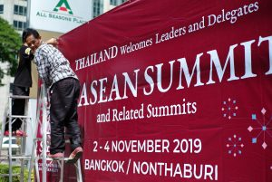 Workers put up a sign to welcome leaders to the 35th ASEAN Summit in Bangkok, Thailand 29 October, 2019 (Photo: Reuters/Patpicha Tanakasempipat).