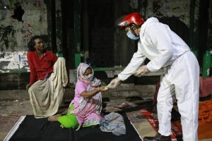 Homeless and impoverished Bangladeshi people receive food provided by volunteers during the nationwide lockdown to curb the spread of coronavirus (COVID-19) in Dhaka, Bangladesh, 27 April, 2020 (Photo: Reuters/Suvra Kanti Das).