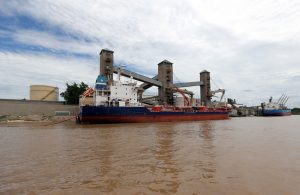 Grain is loaded aboard ships for export at a port on the Parana river near Rosario, Argentina, 31 January, 2017 (Photo: Reuters/Brindicci).