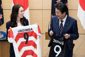 New Zealand's Prime Minister Jacinda Ardern and Japan's Prime Minister Shinzo Abe hold jerseys bearing their names after a joint press conference, 19 September 2019 in Tokyo, Japan (Photo: Reuters/ Tomohiro Ohsumi)