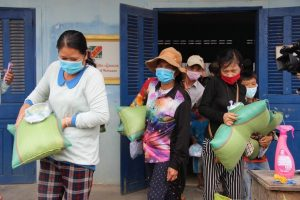 KADAL, CAMBODIA- Foundations delivered more than 100 aid packages including rice, face masks and cash to Vietnamese-Cambodian families affected by COVID-19 in Kadal province, Cambodia, 16 April 2020 (Reuters via Nguyn V Hùng/VNA/ Latin America News Agency).