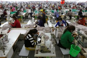 Employees work at a factory supplier of the H&M brand in Kandal province, Cambodia, 12 December 2018 (Photo: Reuters/Samrang Pring).