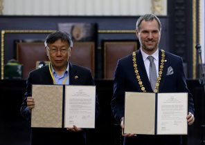 Mayor of Prague Zdenek Hrib and Taipei city Mayor Ko Wen-je pose with a signed partnership agreement between the two cities at the Old Town Hall in Prague, Czech Republic, 13 January 2020 (Photo: Reuters/David W Cerny).