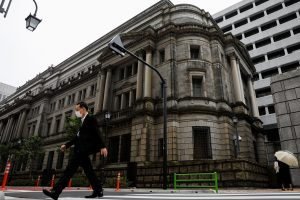 A man wearing a protective mask walks past the headquarters of Bank of Japan amid the coronavirus disease (COVID-19) outbreak in Tokyo, Japan, 22 May 2020. (Photo: Reuters/Kim Kyung-Hoon).