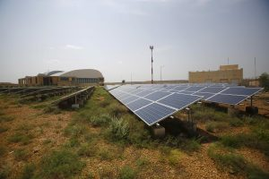 Solar panels are seen inside the premises of the Jaisalmer Airport in desert state of Rajasthan, India, 13 August 2015. (Photo: Reuters/Anindito Mukherjee).