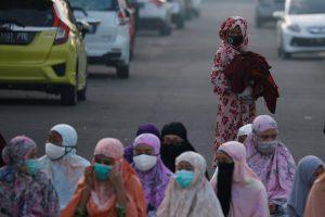 Indonesian Muslim women wearing protective masks in Bekasi, on the outskirts of Jakarta, Indonesia, 24 May 2020 (Photo: Reuters/Willy Kurniawan).