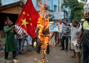 Demonstrators shout slogans as they burn an effigy depicting Chinese President Xi Jinping during a protest against China, in Kolkata, India, 18 June, 2020 (Photo: Reuters/Rupak De Chowdhuri).