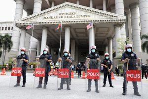 Police officers stand guard outside Kuala Lumpur High Court in Kuala Lumpur, Malaysia, 28 July 2020 (Photo: Reuters/Lim Huey Teng).